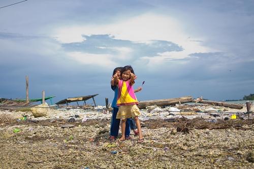 Karena sudah terkenal sebagai tempat wisata, penduduk Tidung ini cukup ramah dan tahu bahwa pengunung Pulau ini merupakan salah satu mata pencaharian mereka.