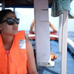 Kapal yang digunakan kapal nelayan kecil, cukup untuk 4-5 orang