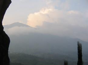 Merapi yang tampak jelas dari Ketep Pass saat udara tidak berkabut