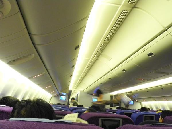 selain pelayanan yang oke, flight attendant-nya juga oke loh.. *kedip*