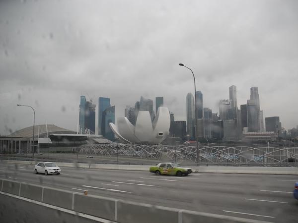 Jalananynag lengang dengan mobil tahun terbaru dan bebas sampah merupakan selalu jadi cita-cita penduduk Indonesia terutama Jakarta
