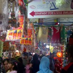Berbagai macam barang dagangan bernuansa India pada festival Depavali