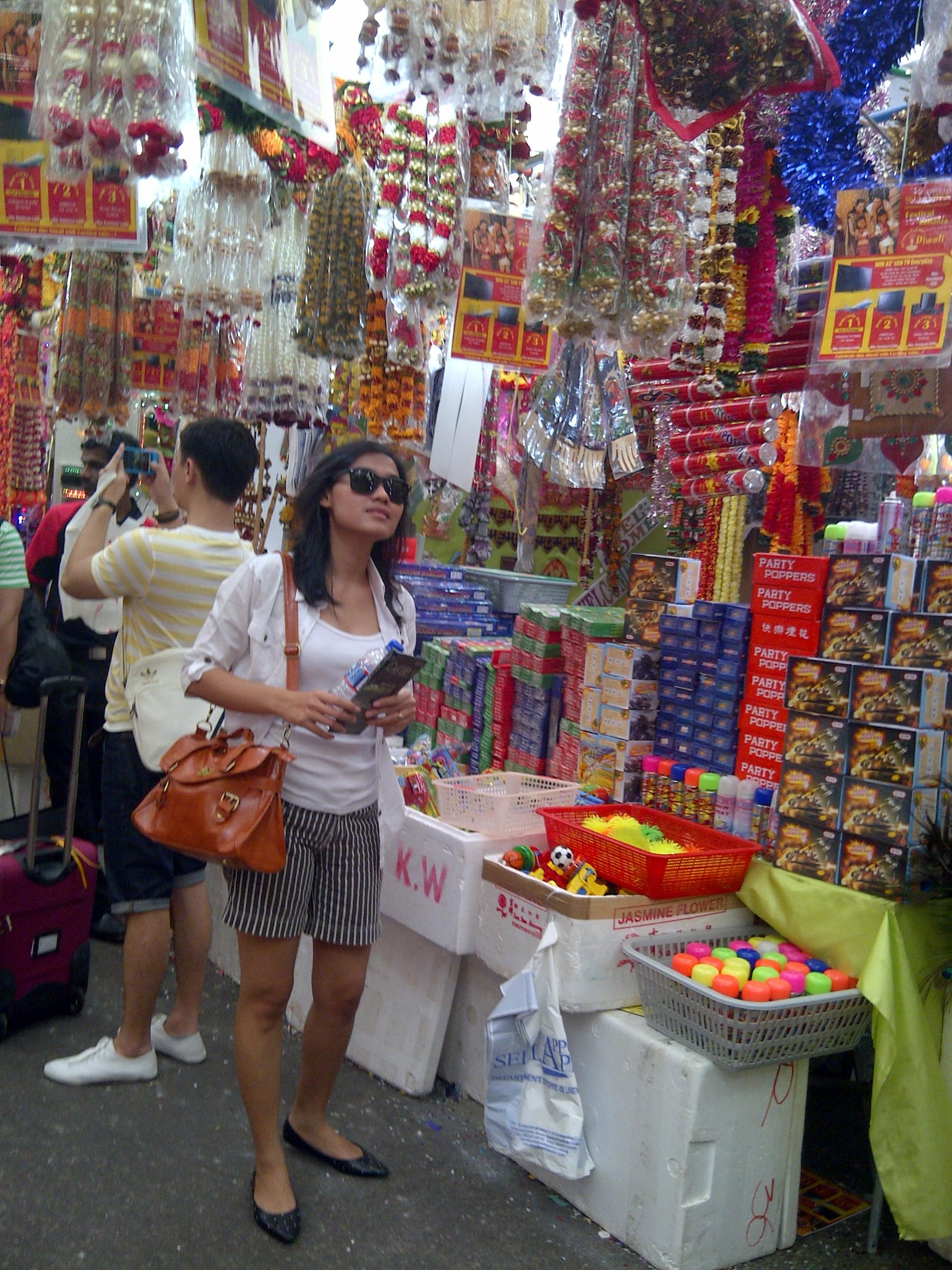 Barang-barang disini bisa ditawar lho.. dan karena inifestival India kebanyakan barang-barang yang dijual ya yangmemenuhi kebutuhan warga India seperti dupa, lilin, baju, sesaji dsb.