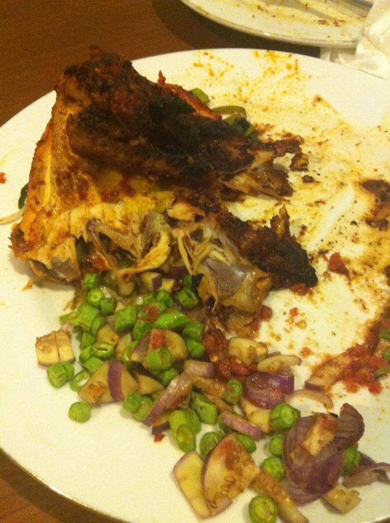 Ayam bakar yang kami pesan di hotel, cukup besar untuk dimakan berdua