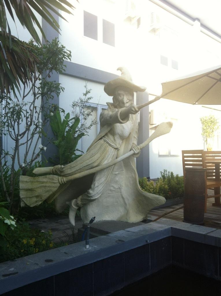 patung yang menghiasi kolam renang