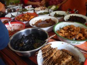 berbagai macam lauk-pauk Nasi Jamblang