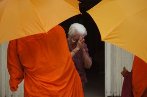 Nenek berdoa saat Biksu berkunjung