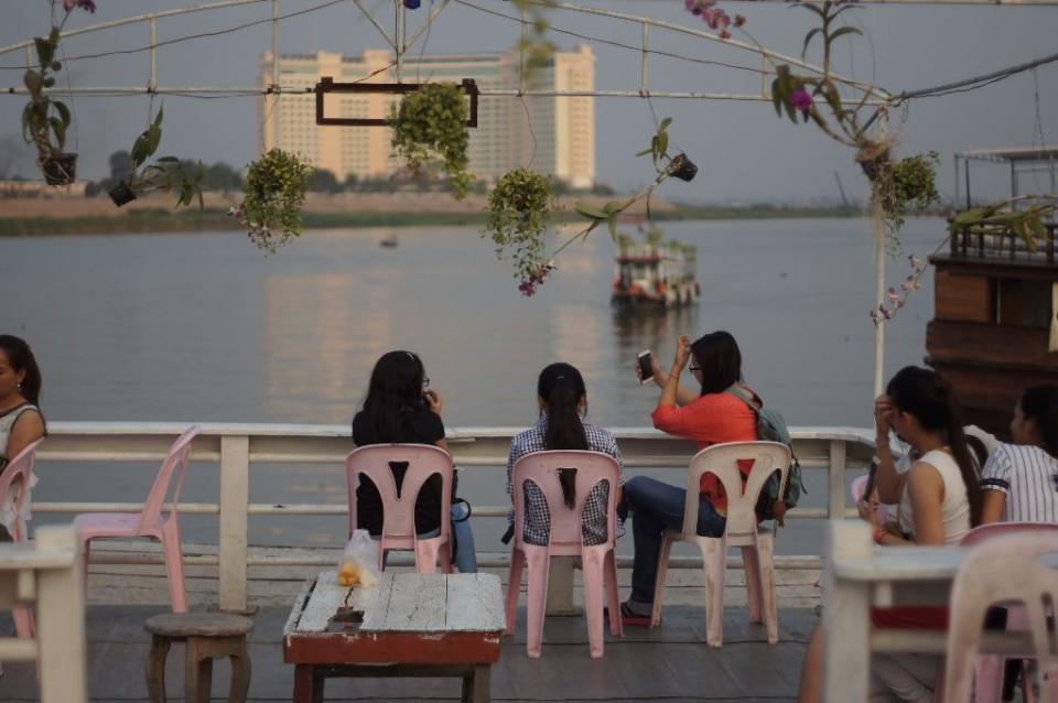 menikmati senja di Sungai Mekong