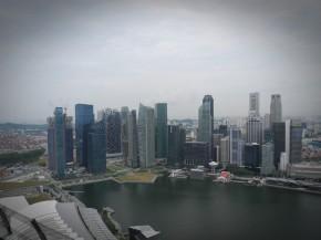 pemandangan laut dan gedung tinggi di Singapura dilihat dari lantai 47 LTA Singapore